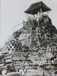 婆罗浮屠大佛塔上竟然建了卖茶水的凉亭。Photo source - Borobudur, Periplus Editions HK Ltd. 1990